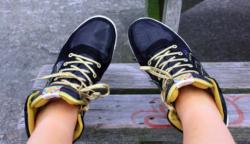 Zokni nélkül próbált cipőt a lány, az élete lett a tét.