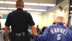 Az alkalmazottak kizavarnak egy 92 éves férfit a bankból. Aztán a rendőr visszakíséri, hogy befejezze, amiért bement.