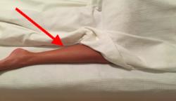 Ha álmatlanságban szenvedsz, dugd ki az egyik lábad a takaró alól!