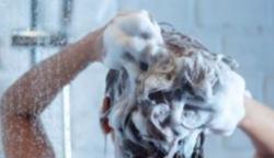 Egy fodrász szerint mindannyian ugyanazt a hibát követjük el a samponnal hajmosáskor