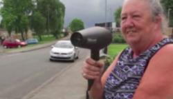 A 64 éves hölgy az autóvezetők felé tartja a hajszárítót… a szomszédok hősként ünneplik, mióta rájöttek miért teszi