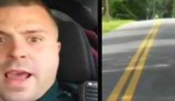 A rendőr csigalassúsággal araszol, mert nem meri megelőzni az előtte haladót. Végül felfedi az igazságot: