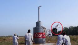 Egy bevállalós fickó 10 000 liternyi kólát reagáltatott sütőporral: videóra vette a hatalmas robbanást