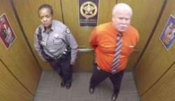 Kettesben vannak a liftben – de amit a férfi csinál rögzíti a kamera és az egész világon elterjed