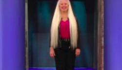 30 éve nem látta olló a haját, most beleegyezett, hogy megnyírják: a hölgy 90 éves édesanyja megkönnyezte a látványt