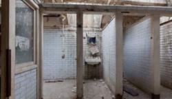 Őrültnek hitték Laurát, mikor közölte, ebben a nyilvános vécében fog lakni: csodapalotát csinált belőle