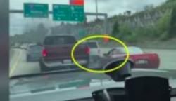 A sportkocsi nem hajlandó maga elé engedni a terepjárót, megsértett sofőr irgalmatlan bosszút áll