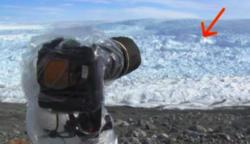 A lélegzetelállító, jeges tájat fényképezte: aztán, mikor belenézett a kamerába, remegni kezdtek a térdei