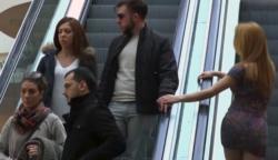 A vonzó csaj megsimogatja idegen férfiak kezét a mozgólépcsőn – de nézd a pasik reakcióját!