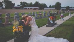 Esküvőjük napján már csak vőlegénye sírját ölelhette át a menyasszony