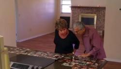 A nagyszülők épp házat néznek, amikor a konyhapulton furcsa képeket pillantanak meg: beléjük hasít a felismerés