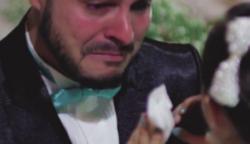 A vőlegény az esküvőjén bevallja, hogy mást szeret. Amikor az egyik vendégre mutat, az ara elsírja magát..